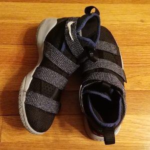 Big Boys Nike Solder 11 Sneakers